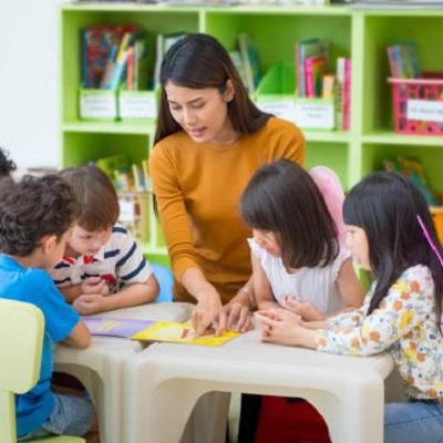 Teacher teaching 4 pupils in her classroom. Representing Making GDS KS1 Teacher Assessment Judgements for Reading